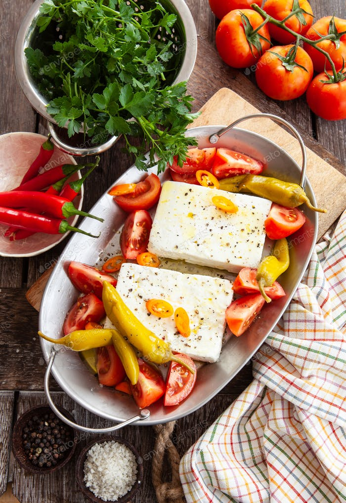 Gratinating feta cheese with tomatoes