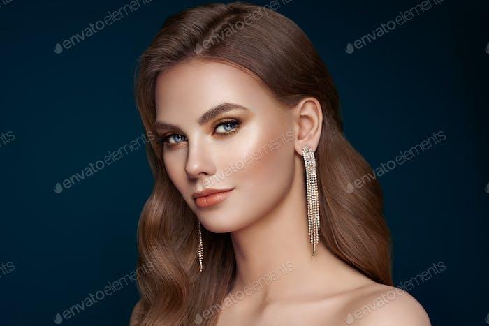Porträt schöne Frau mit Schmuck
