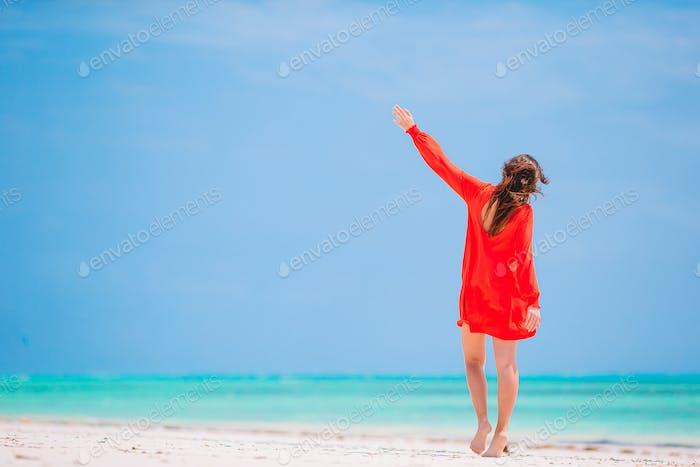 Mujer de moda joven en vestido verde en la playa
