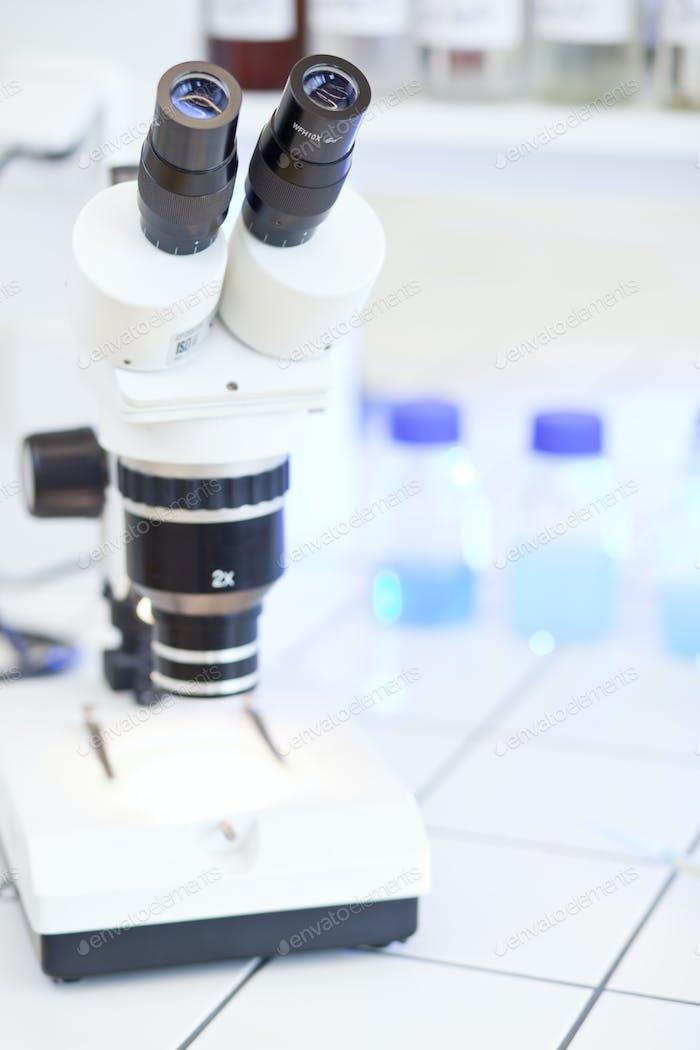 modernes Mikroskop im Labor