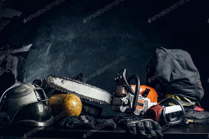 Безопасность и инструменты на черном столе