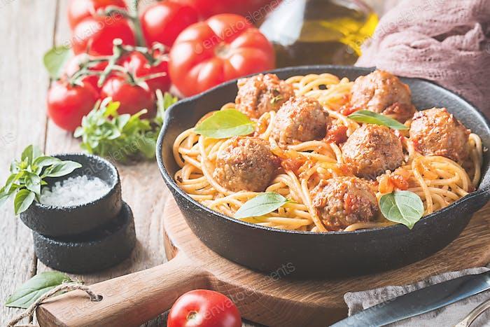 Spaghetti-Nudeln mit Fleischbällchen