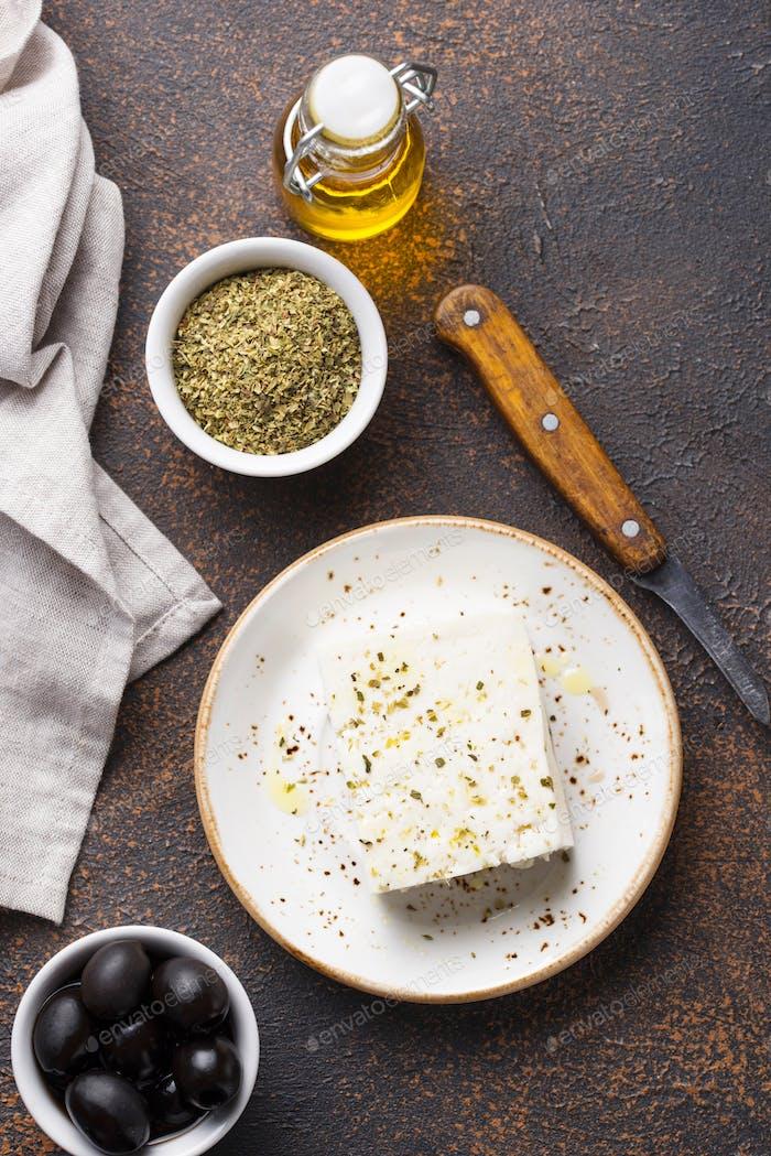 Frischer Feta-Käse mit Gewürzen