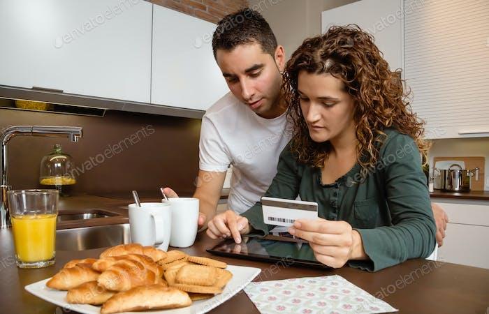 Paar mit elektronisch Tablet und Kreditkarte online kaufen
