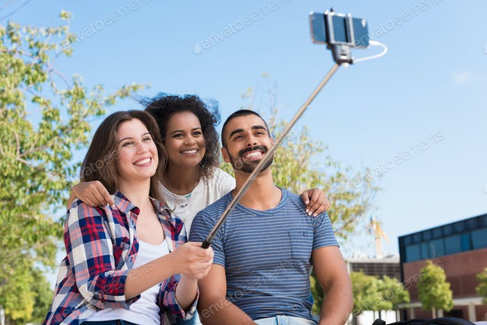 Freunde nehmen ein selfie
