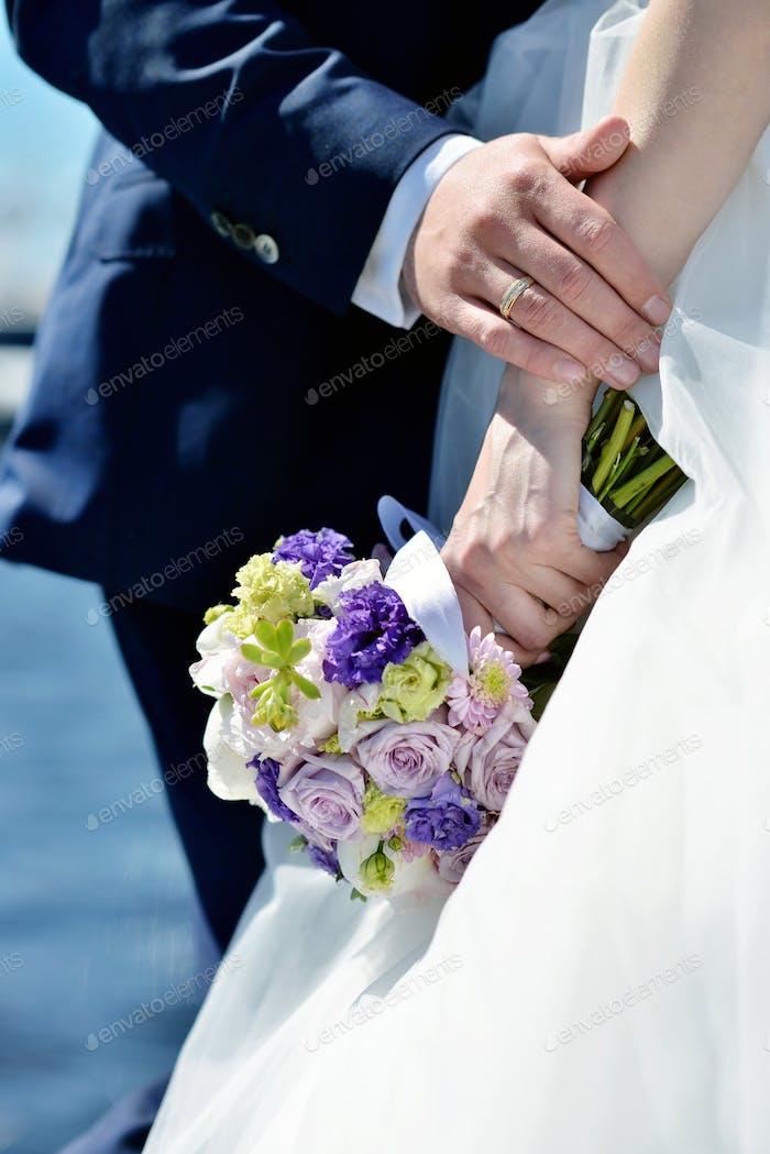 Свадебная пара с букетом