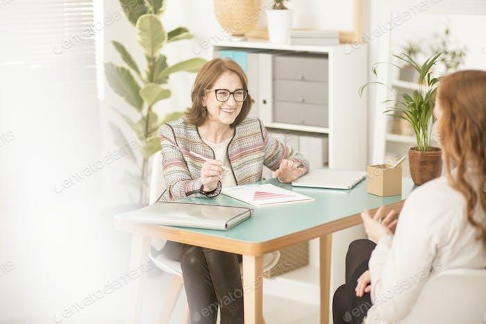 Persönlicher Berater im Gespräch mit dem Kunden