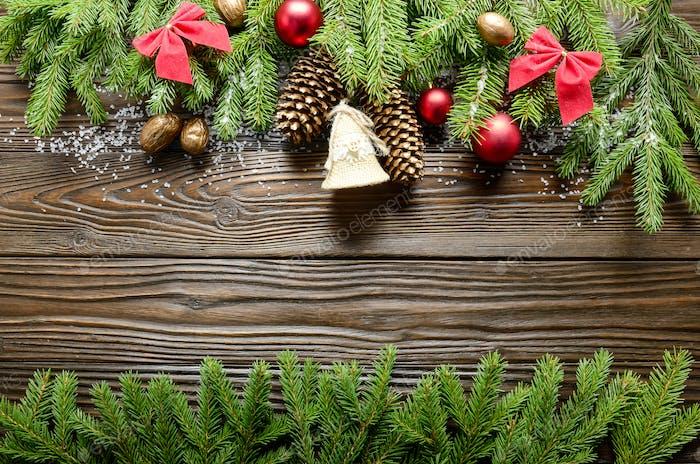 Vista superior en el fondo de Navidad de ramitas, bolas y hechos a mano