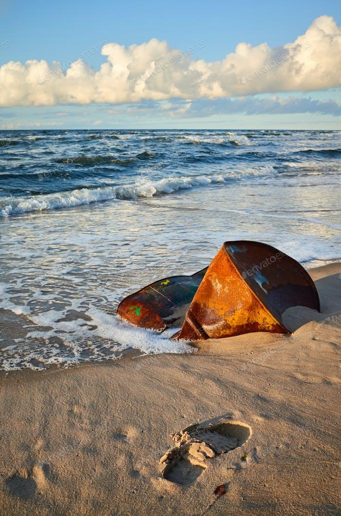 barril oxidado en una playa