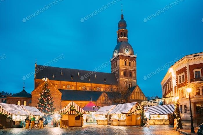 Riga, Lettland. Weihnachtsmarkt Am Kuppelplatz Mit Rigaer Dom. Weihnachtsbaum und Handel