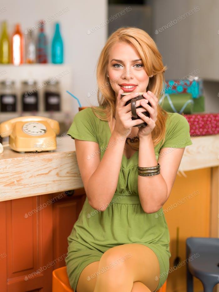 schönes junges Mädchen mit einem Kaffeebecher