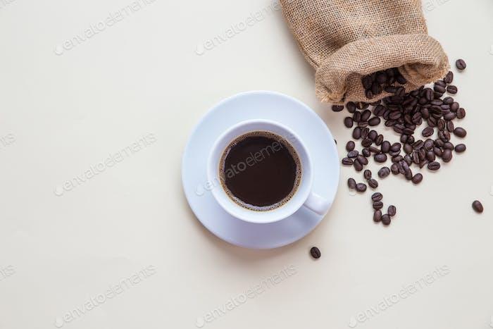 Vista superior taza de café y grano de café