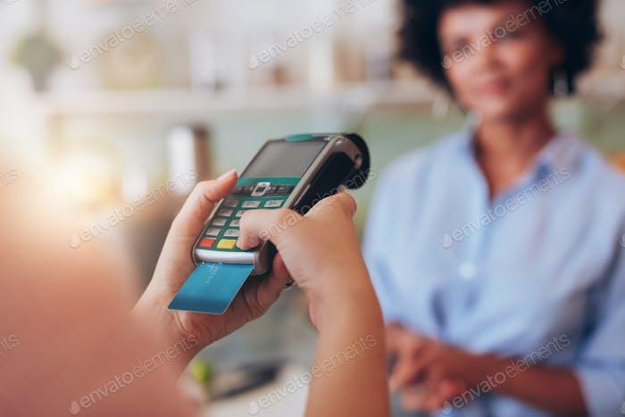Zahlung für Saft per Kreditkartenleser