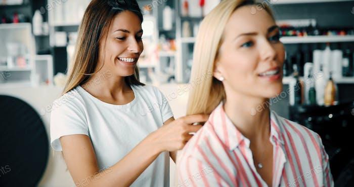 Porträt einer Frau im Friseursalon