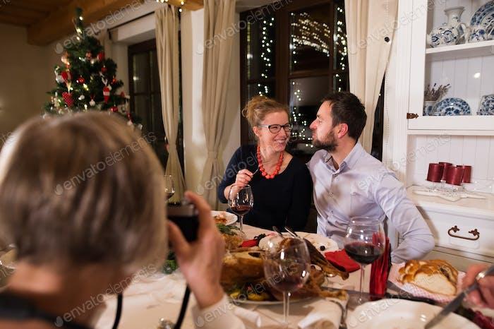Schönes Paar feiert Weihnachten zusammen mit der Familie.