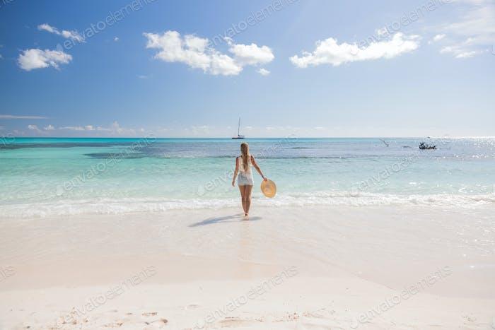 Mädchen stehen im Wasser Blick auf das Meer, Saona
