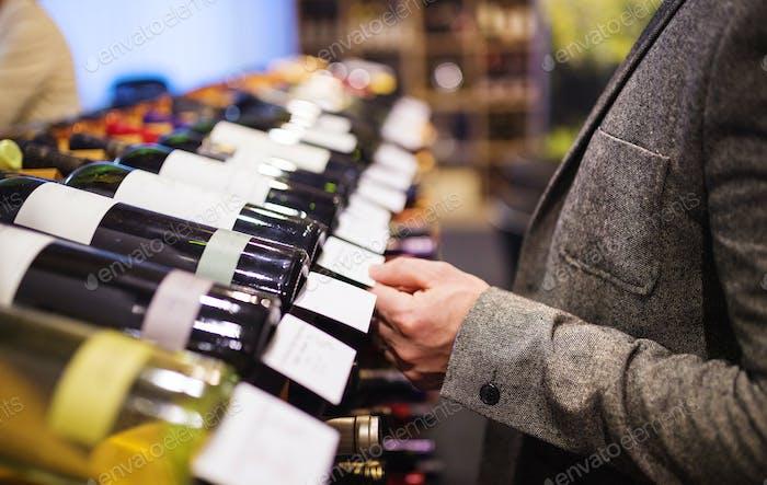 Junger Mann in einem Weinladen