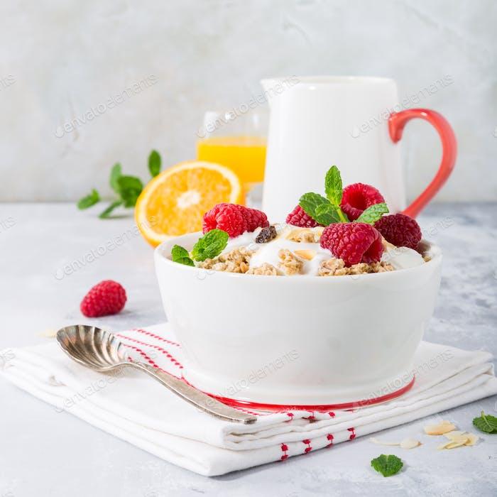 Desayuno saludable con granola y bayas