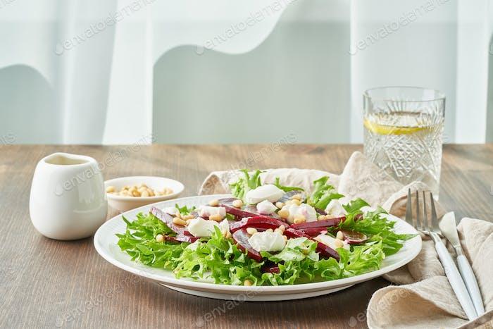 Salat mit Rüben, Quark, Feta, Ricotta und Pinienkernen, Salat. Gesunde ketogene Ketogene Dash Diät
