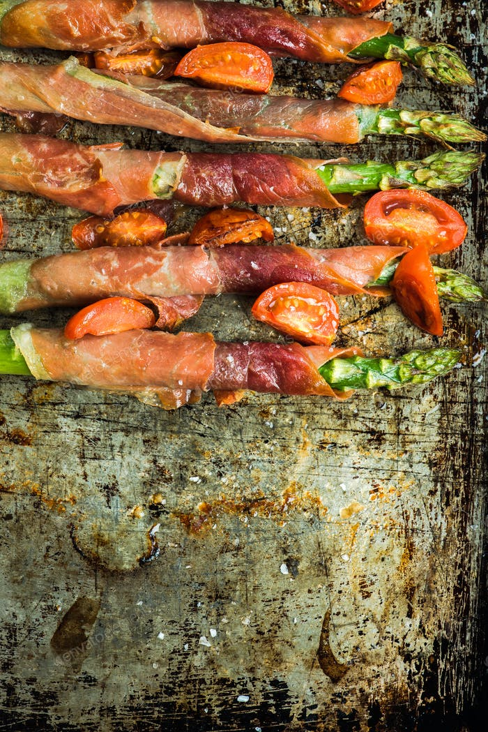 Grilled asparagus and prosciutto ham