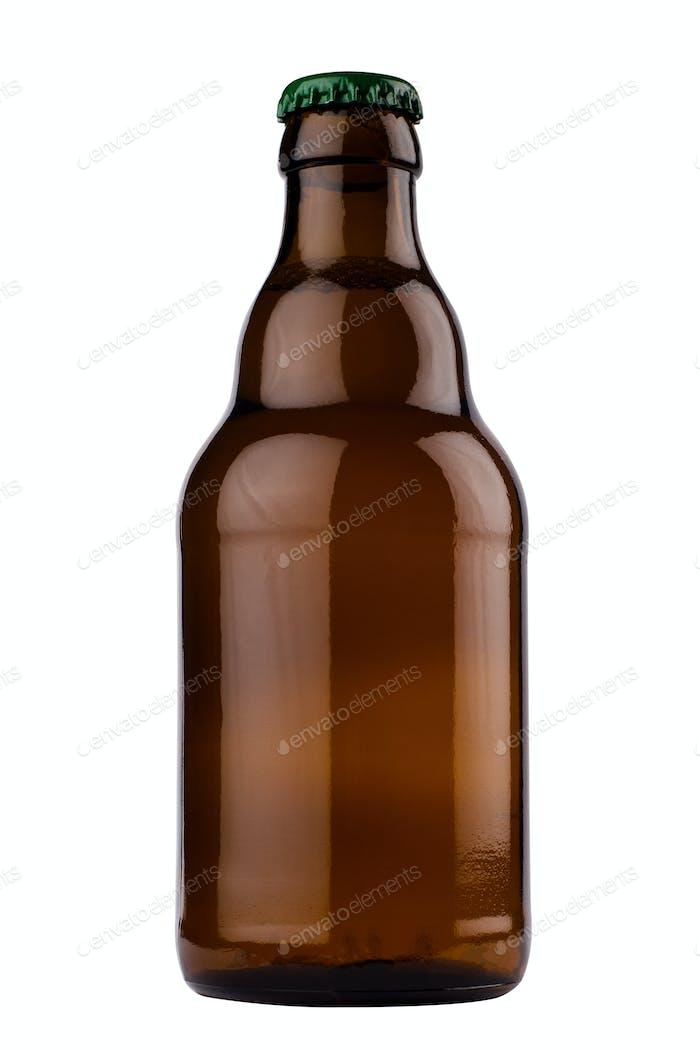 kleine braune Bierflasche isoliert auf weißem Hintergrund