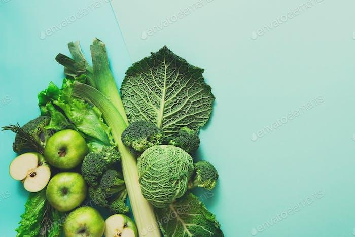 Flache Lage von grünem Gemüse auf hellem Hintergrund