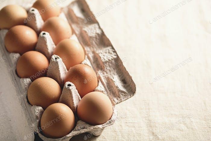 Caja de cartón de huevos frescos de corral de color marrón