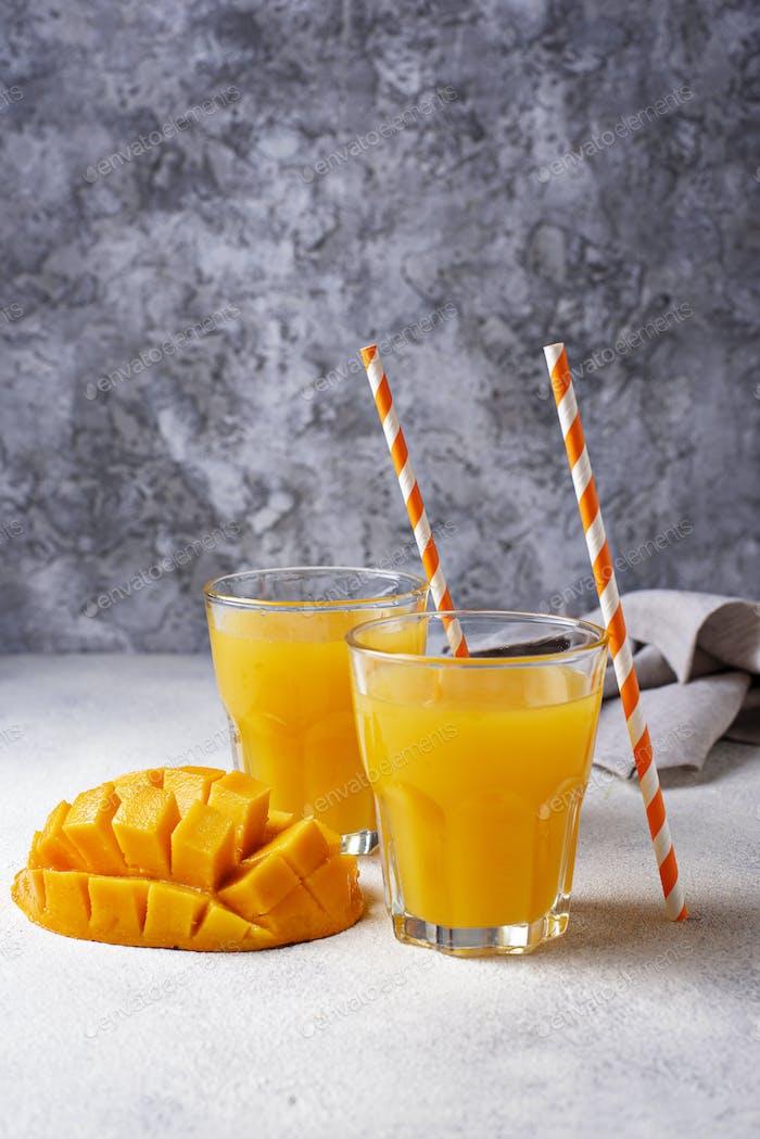 Frischer Mango Saft auf hellem Hintergrund