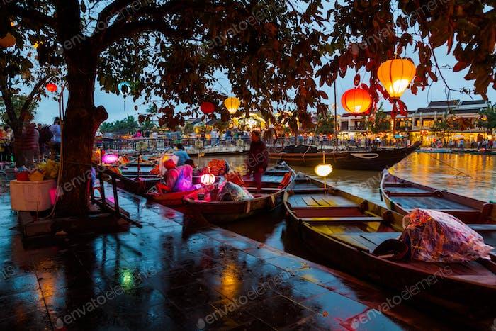 Hoi An, Vietnam. Straßenansicht mit traditionellen Booten auf einem Hintergrund der antiken Stadt