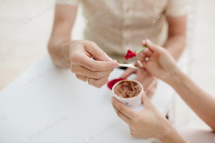 paar Eis essen