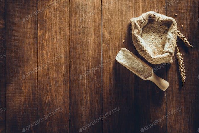 Weizenmehl auf Holz