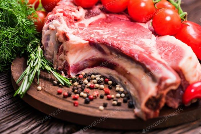 Rohes Rindfleisch Steak mit Pfeffer, Kräutern und Tomaten