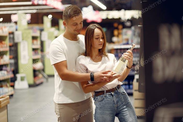 Joven pareja shoppong en supermercado