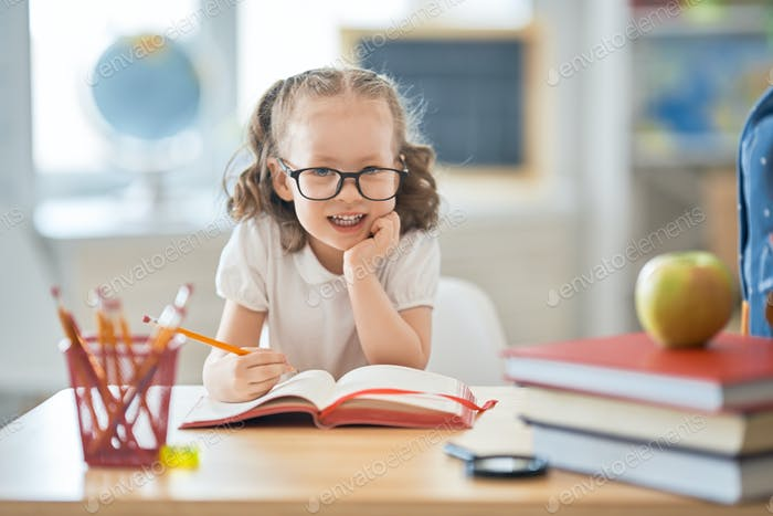 Kind lernt in der Klasse