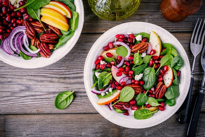 Hausgemachter Spinat, Apfel, Pekannuss, Rotzwiebelsalat mit Ziegenkäse und Granatapfel