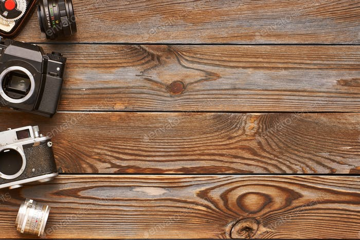 Vintage-Kameras und Objektive auf Holzhintergrund