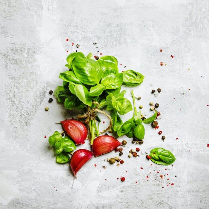 grünes Basilikum, Knoblauch, Salz und Pfeffer