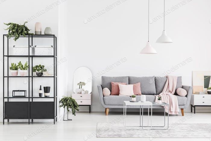 Lampen über Tisch in weißen geräumigen Wohnzimmer-Interieur mit gr