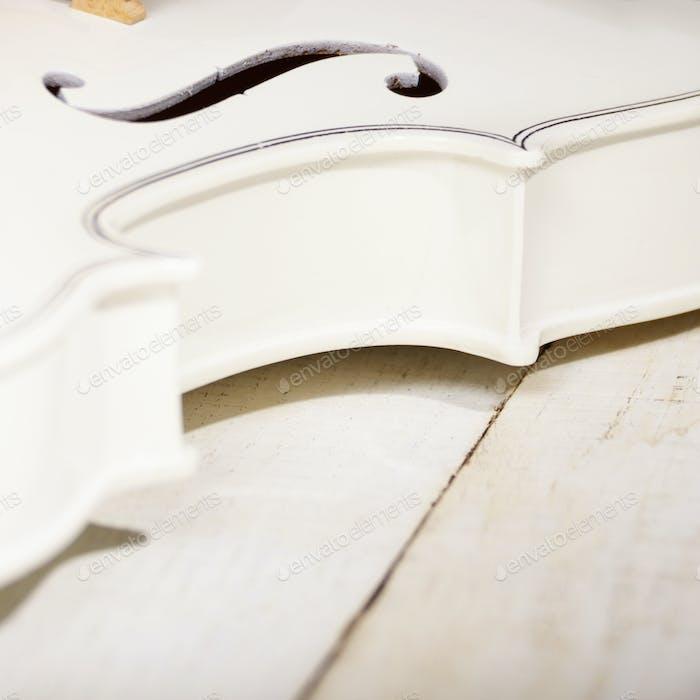 Blick auf eine Geige auf weißem Holztisch