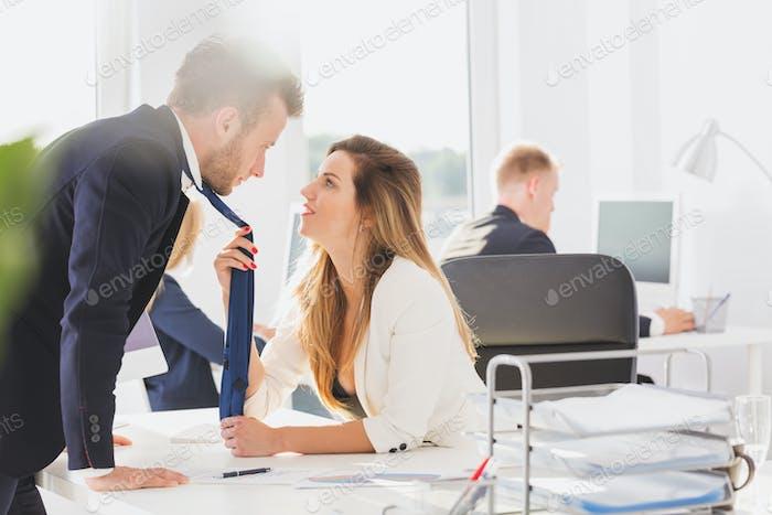 Leidenschaftliches Paar im Büro