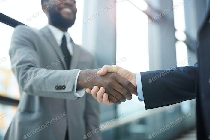 Unerkennbare Männer Händeschütteln