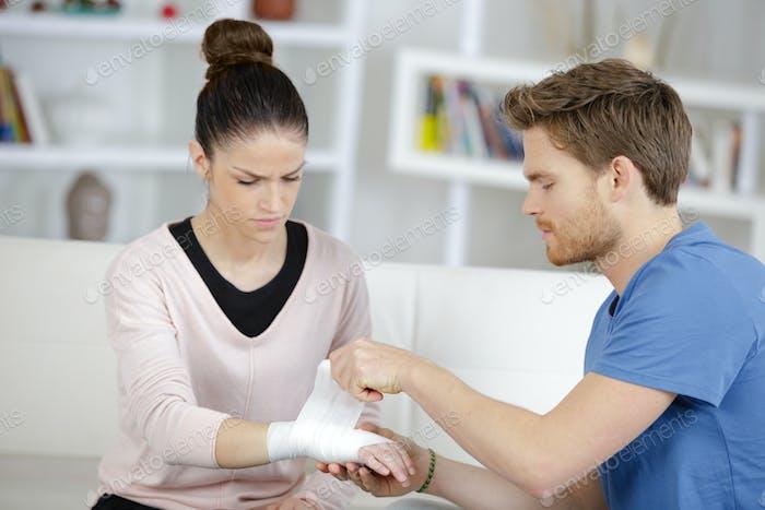 Mann Bandagieren Freundin Handgelenk