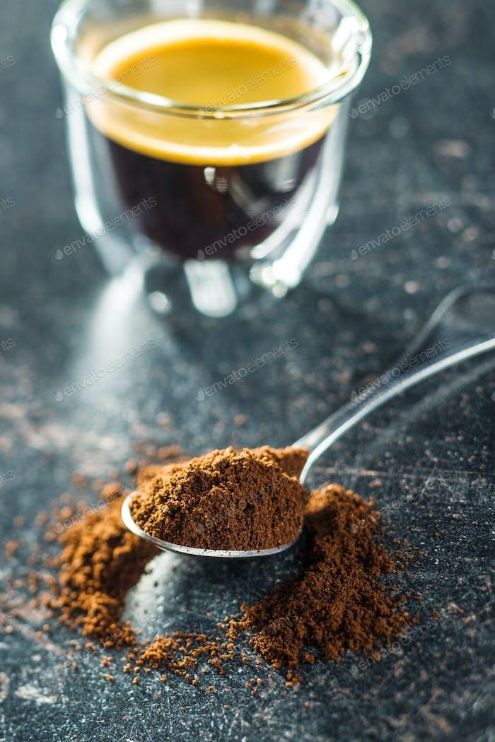 Gemahlener Kaffee in Löffel.