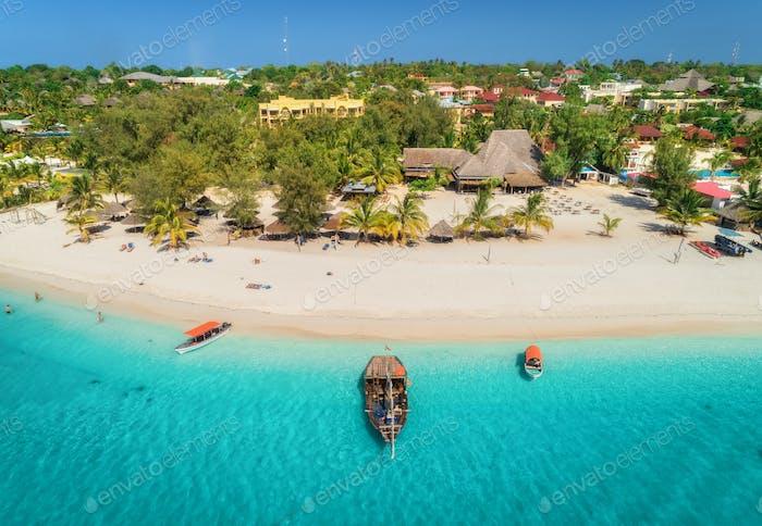 Luftaufnahme von Booten an tropischer Küste mit Sandstrand