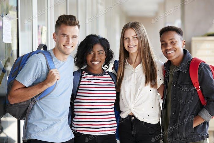 Vertical de sonriente masculino y Mujer universidad estudiante Amigos en corredor de edificio