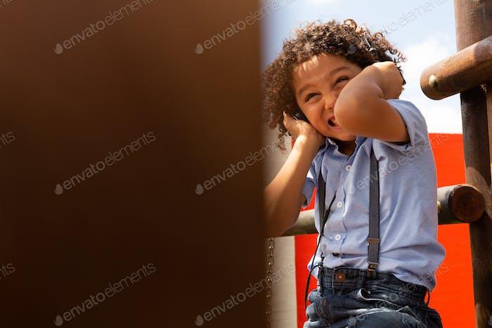 Schulmädchen hören laute Musik auf Kopfhörern in der Schule Spielplatz an einem sonnigen Tag