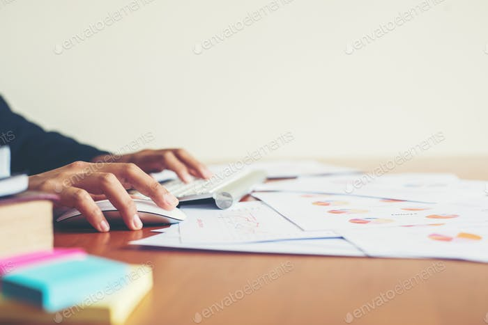 Hände einer Frau, die im Büro tippt und arbeitet.