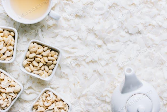Nüsse mit Kokosflocken und Tee