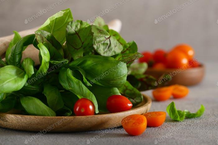 Frischer Basilikum und Salat