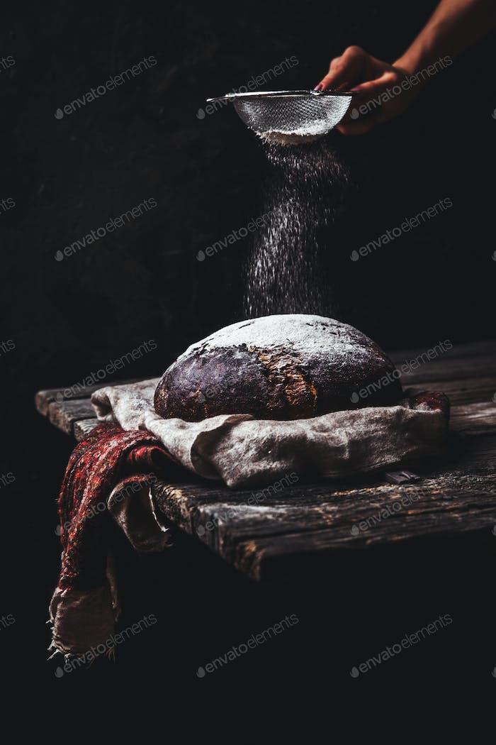 Brot auf einem ländlichen auf einem schwarzen Hintergrund. hausgemachtes Backen